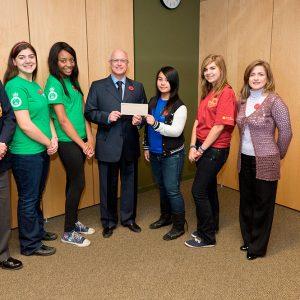 Des élèves des écoles Laval Liberty High School et Laval Junior High School avec Paul Kavanagh